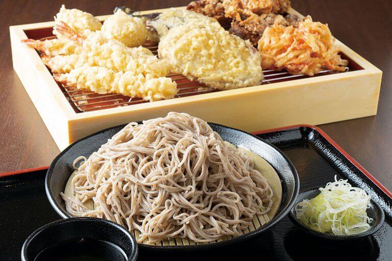 信州産のそば粉で作る打ちたての二八そばを手ごろな価格で。新潟では珍しいセルフ式のそば処「小木曽製粉所」