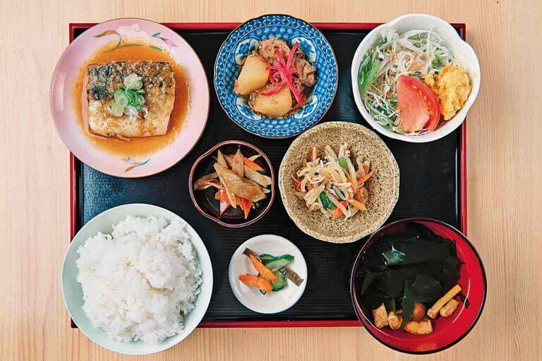 古町エリアに食堂新店 仕入れ状況で変わる日替わりメニューは野菜たっぷり、4〜5種を用意
