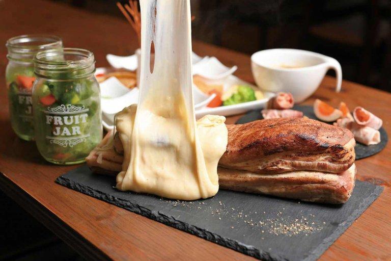 塊肉の上から溶かしたチーズを豪快に!「ビストロふらん」長岡駅そばにオープン
