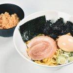 超極太麺×煮干酢が絡む!毎日食べられる油そばが看板「三代目麺屋 小松家」 新潟市中央区三和町にオープンのメイン画像