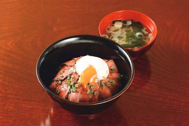 お肉メインの贅沢ランチがスタート! 焼き肉店直営「牛串と煮込 シロ」